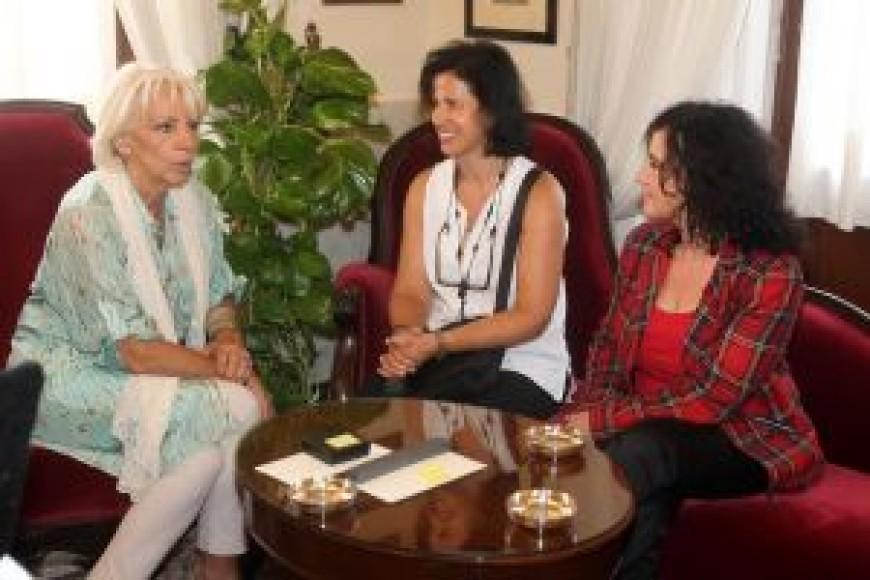 La alcaldesa de Cádiz recibe a Mercedes Álvarez y May Silva